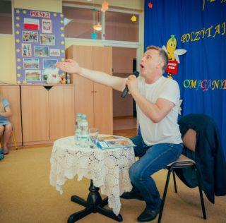 Aktor czytał dzieciom